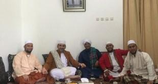 Pimpinan Majelis Syuro MR, Al Habib Nabil bin Fuad Al Musawwa di tengah kunjungannya ke kediaman pimpinan Majelis Nurul Musthofa, Al Habib Hasan bin Ja'far Assegaf. (suara-nu.com)