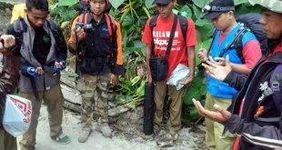 Berdoa sebelum berjalan kaki selama 4 jam menuju lokasi bencana. (Mohamad Khaidir)