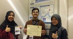 Tiga dokter Muslim Indonesia (dari kiri ke kanan) dr. Arnova Reswari, dr. Ryan Rachmad Nugraha dan dr. Amila Hanifan Muslimah, meraih penghargaan Poster Terbaik pada acara 7th International Peptide Symposium 2015, di Singapore. (Arnova.R)