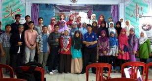 """Bedah novel """"Senyum Gadis Bell's Palsy"""" di Kampung Inggris, Kediri, Ahad (6/12/15). (Irfa/FAM)"""