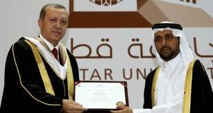 Presiden Qatar University, Dr. Hassan Rashid Al-Derham dan Presiden Turki, Recep Tayip Erdogan dalam seragam khas wisudawan di Hall Ibnu Khaldun, Universitas Qatar, Doha, Qatar (Sumber Foto: Kantor Kepresidenan Turki)