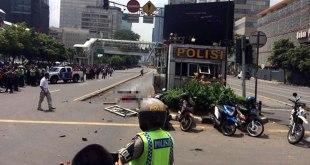 Situasi jalan pos polisi Jalan Thamrin Jakarta Pusat, seketika pasca kejadian teror di kawasan tersebut, Kamis (14/1/2016). (twitter.com/bintangcomID)