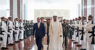 Putera Mahkota Abu Dhabi menyambut kehadiran pimpinan reziman kudeta Mesir Abdil Fattah as-Sisi di Abu Dhabi, Uni Emirat Arab, Oktober 2015.  (albalad.co)