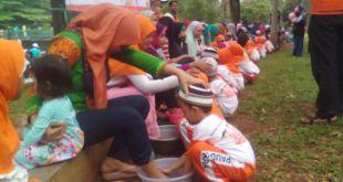 Puluhan anak membasuh kaki ibu dalam acara Tarhib Ramadhan RZ Bintaro, Ahad (29/5/2016). (RZ Bintaro)