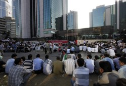 Para demonstran menunggu di depan Konsulat Israel di Turki untuk memprotes Israel. (Reuters)
