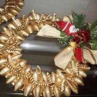 Adornos navideños hechos con pasta