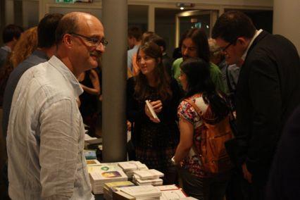 Die Gedichte von Miquel Martí i Pol haben das Publikum begeistert. Entsprechend groß ist nach der Lesung der Andrang am Büchertisch. Verleger Tobias Burghardt (Edition Delta) dürfte das gefreut haben. Foto: Jan-Eike Hornauer
