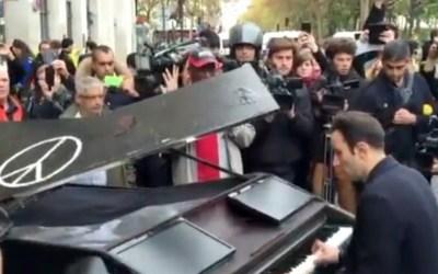 VIDEO – Man on piano plays @johnlennon's Imagine near #Bataclan Paris