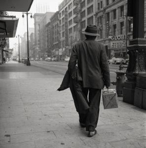 vivian-maier-los-angeles-man-walking-with-package-1955