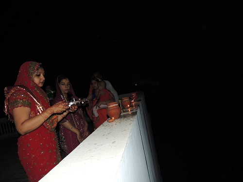 करवा चौथ Karva Chauth women performing pooja