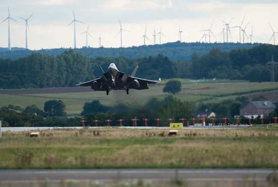 F-22 landing