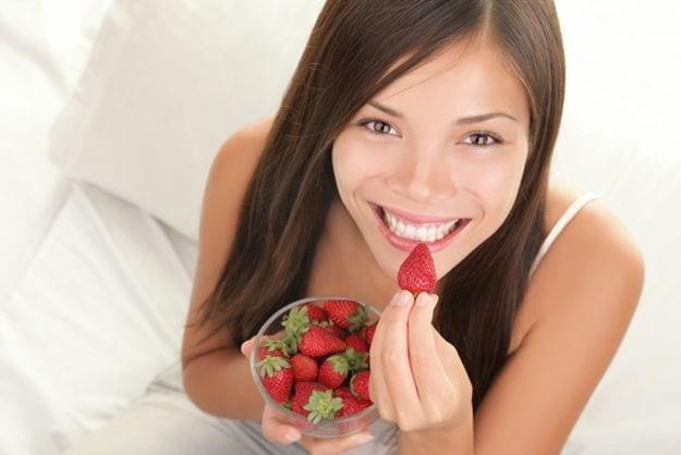 Mujer-comiendo-fruta