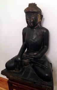 Buddha Sakyamuni (Gestus der Erdberührung), Burma, 18. Jh., Holz, Lack mit Resten von Vergoldung, Höhe 91 cm