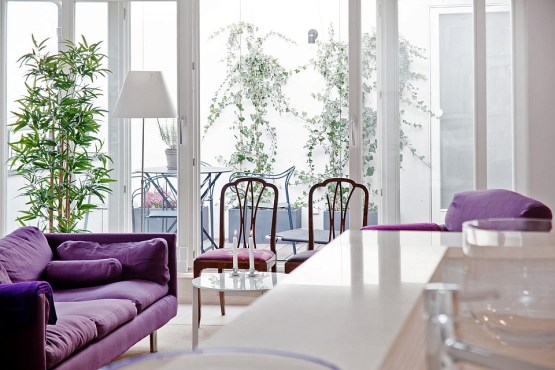 viviendas nórdicas Un sofá violeta como protagonista sofás fundas desmontables sofá color intenso decoración blanca look total white grandes piezas de mobiliario decoración interiores blog decoración nórdica blog decoracion interiores