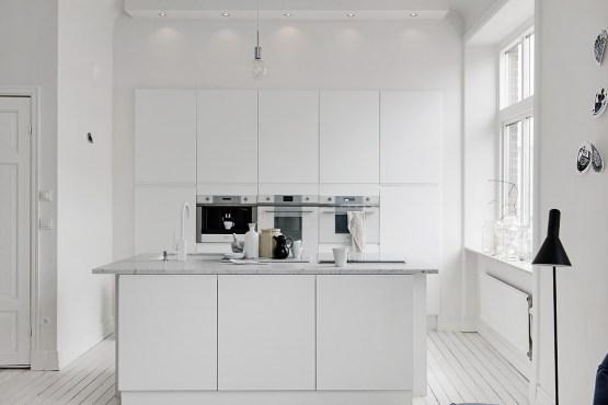 Cocina nórdica, blanca, moderna y sin adornos