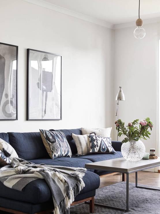 suelo de madera de roble sillas azules metal papel de pared en la cocina mesa madera envejecida industrial lámparas bombilla estilo nórdico escandinavo Detalles de madera envejecida decoración pisos pequeños decoración nordica industrial blog decoracion interiores
