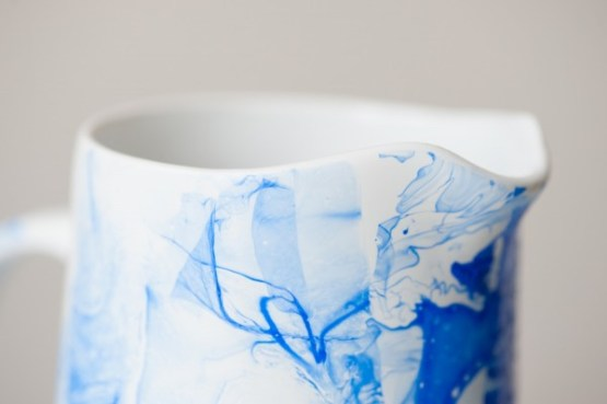 tazas y jarras estampadas porcelana estampada manualidades en casa laca de uñas para decorar jarrones y tazas hazlo tu mismo efecto marmol DIY deco porcelana decoración tazas blog diy deco