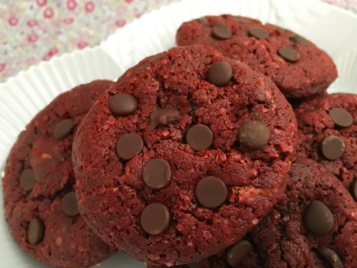 Red velvet chocolate chip cookies recetas san valentin recetas delikatissen galletas rojas galletas red velvet galletas de cacao galletas con pepitas de chocolate cookies de chocolate chocolate chip cookies