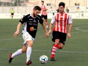 Moreno, autor del gol de la victoria, trata de marcharse de un jugador del Montuïri. Foto: Fútbol Balear