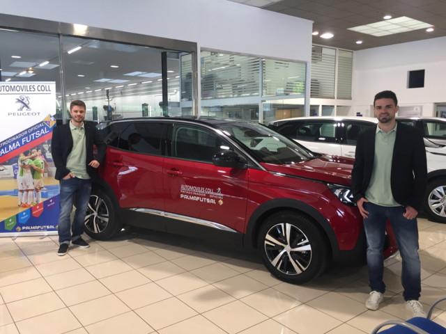 Maico y Diego Favero con uno de los coches personalizados