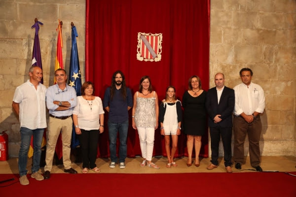 María Perelló con las autoridades y familiares asistentes a la recepción con la presidenta del Govern.