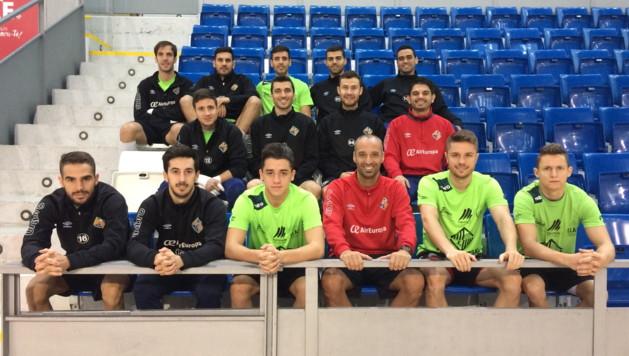 La plantilla del Pala Futsal posa en la grada de Son Moix