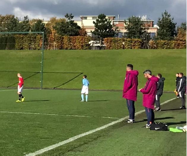 Carles Vicens jugant a casa en el derby contra el United
