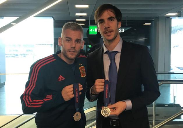 Miguelín y Carlos Barrón posan con la medalla de plata en el regreso a España
