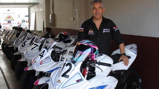 Chicho Lorenzo con las Yamaha R3 de la Youth Riders Cup.