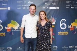 La delegada de Six Day Series España, Theresa Zabell, junto con Moreno de Pauw, campeón de 2017