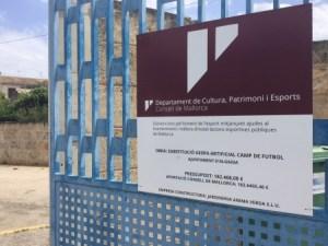 Cartell d'obres a l'entrada del camp municipal de futbol d'Algaida.