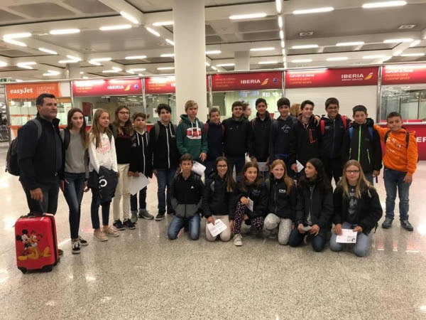 Los regatistas del Club Nàutic S'Arenal junto al resto de regatistas de Baleares que participan en el Campeonato de España de Optimist.