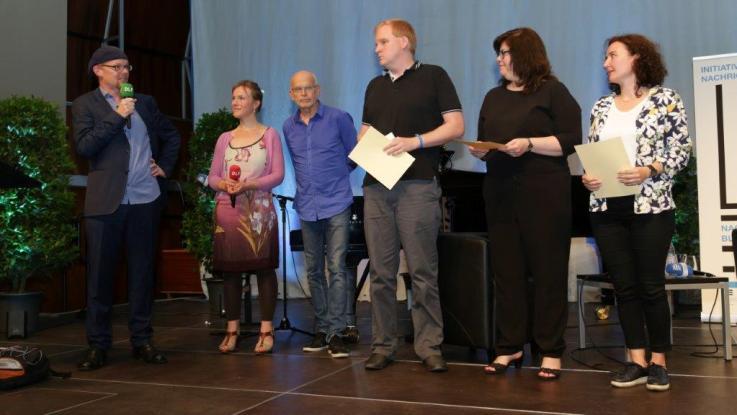 Preisverleihung 2017 (v.r.n.l. Yonca Şık, Ebru Tasdemir, Stefan Schulz, Günter Wallraff, Marlene Nunnendorf, Hektor Haarkötter)