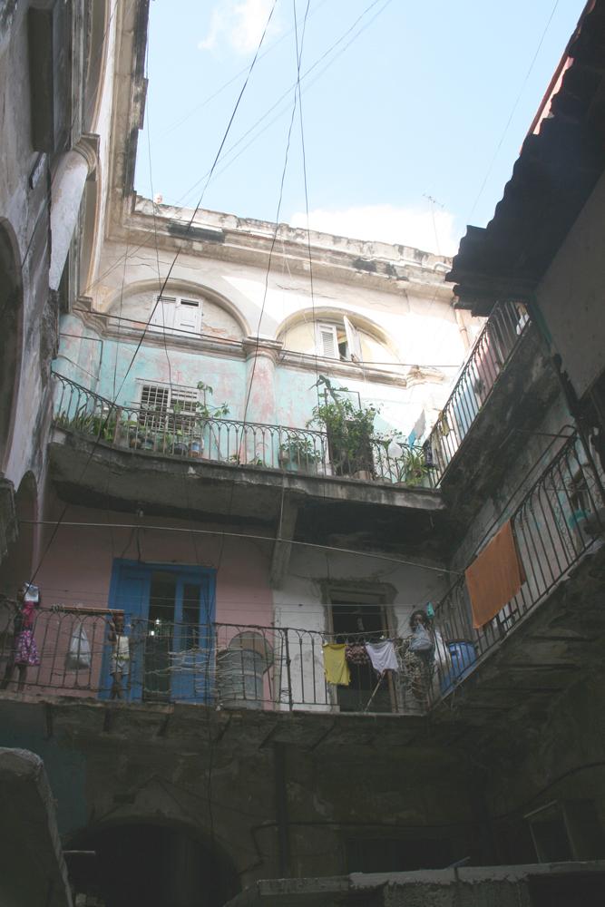 Intérieur d'un immeuble délabré de la Habana Vieja