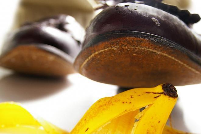 Close up pies cerca de concha de cambur