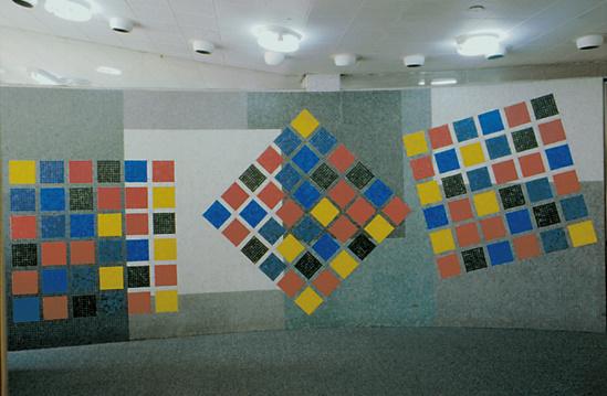 Titulo: Variación en 36 colores Autor: Alirio Oramas Año: 1954 La obra se encuentra ubicada en el edifico 12 de la Biblioteca Central. Fue realizada con mosaicos vítreos industriales 2 por 2, sus dimensiones son 168 por 434 cm.
