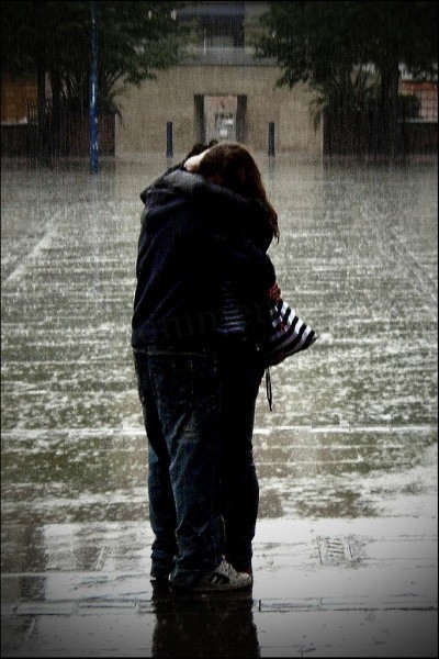 Sad Wallpapers With Quotes Hindi Couple Hugging In The Rain Desicomments Com