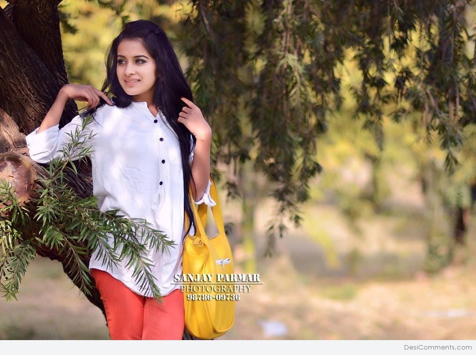 Hindi Sad Wallpaper Quotes Sara Gurpal In White Shirt Desicomments Com