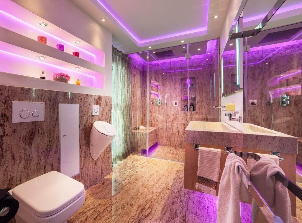 Wellness-und-Spa-Oase-für-Ihren-Wohlfuehlurlaub-im-beengten - badezimmer pink