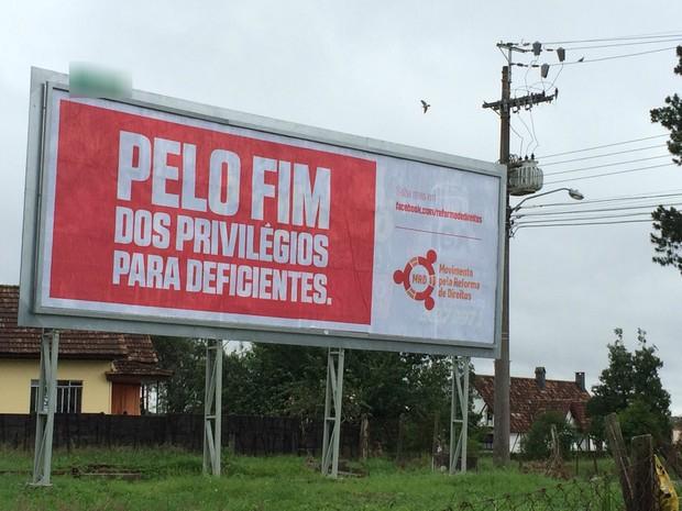 Foto do outdoor colocado na Rua Santa Cecília, em Curitiba.