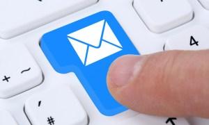 E-Mail Email Nachricht Message Brief senden auf Computer Tastatur