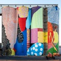I silos di grano si colorano con una maglia colorata di forme e linee