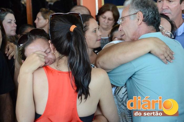 Vel%C3%B3rio-da-enfermeira-sousense-e-coordenadora-do-SAMU-Adalgisa-Gadelha-24 Lágrimas e aplausos marcam velório da ex-secretária de saúde de Monteiro em Sousa.