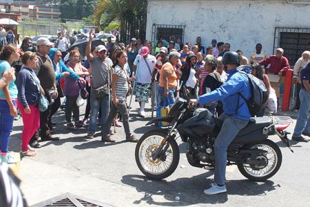 La multitud impidió el paso de carros y motos