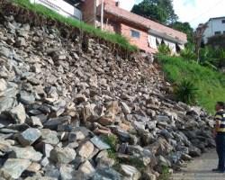 Hace dos semanas, debido a las filtraciones en el muro de gavión se deprendieron las piedras que obstaculizan el 75% de la vía