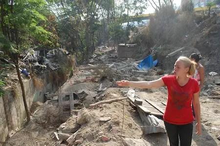 """Donde antes habían unos ranchos, ahora hay destrucción, gracias a la arremetida de la Guardia Nacional Bolivariana. En medio de ese desastre vive """"La Gringa""""/ Foto: Giovanni Martínez"""