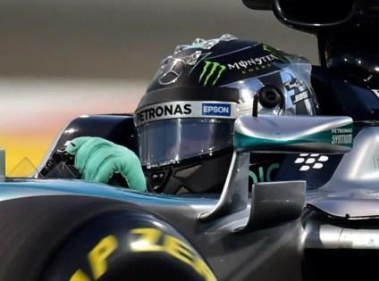 Mercedes AMG Petronas F1 Team's German driver Nico Rosberg  races during the Abu Dhabi Formula One Grand Prix at the Yas Marina circuit on November 29, 2015.   AFP PHOTO / ANDREJ ISAKOVIC / AFP / ANDREJ ISAKOVIC