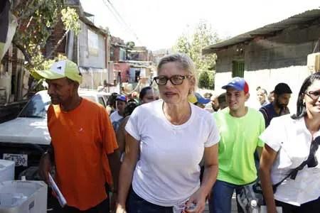 """D'Elia explicó a los vecinos del sector La Comunidad, que """"es necesario mantenerse unidos para tratar de superar la crisis juntos"""". CORTESIA / JORGE ESPINOZA"""
