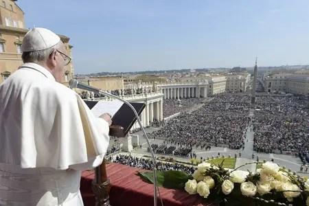 """Pese al miedo a los atentados, decenas de miles de fieles asistieron a la bendición papal """"Urbi et Orbi"""" del domingo de Pascua en la plaza de San Pedro. OSSERVATORE ROMANO / AFP"""