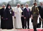Al bajar del avión, el papa fue recibido por el presidente armenio Serge Sarkissian.